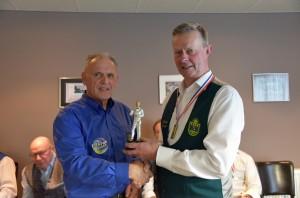 v.l.n.r Bestuurder Cees van den Akker met winnaar Durk van Wier uit Dronrijp.