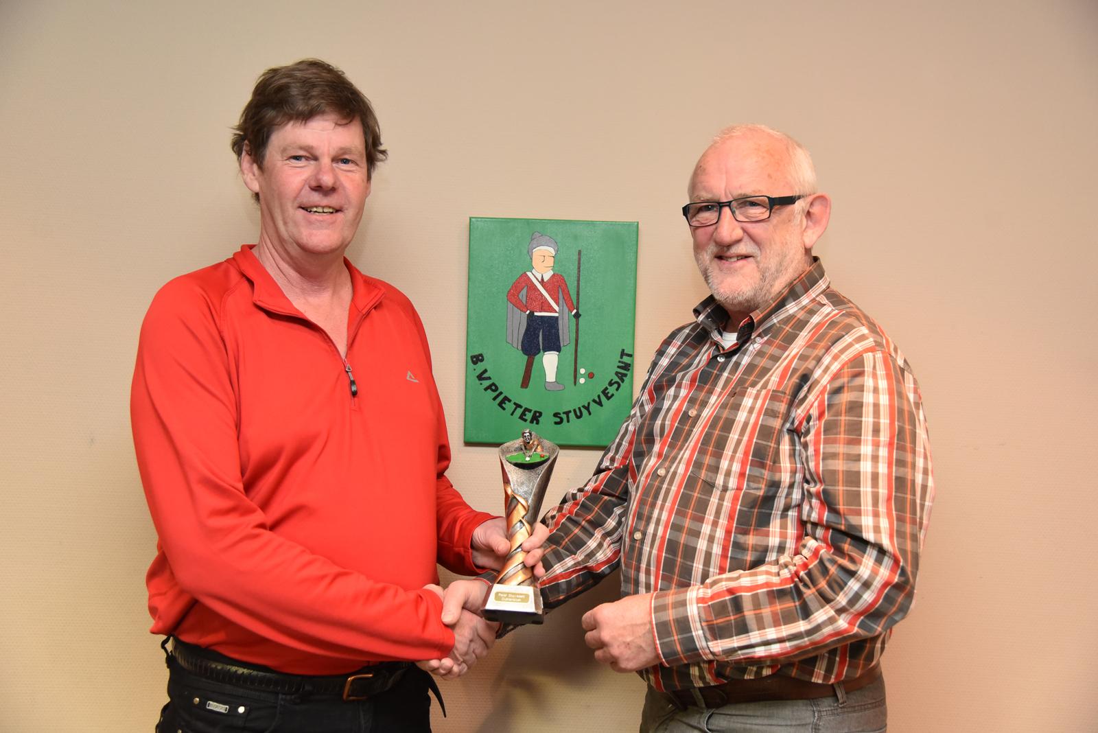 v.l.n.r. Clubkampioen 2015- 2016 Herwich van der Vegt en Wedstrijdleider George Bakker.