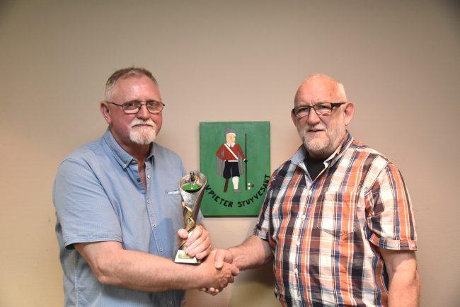Willem Visscher krijgt de wisselbokaal van George Bakker.